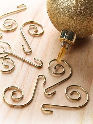 Crochets dorés pour sapin
